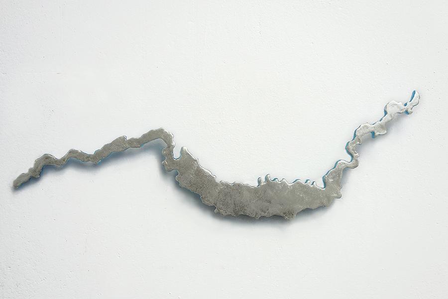 Marion Kieft - Gallito Ciego, 2019 - epoxy resin, gold leaf - 1 x 16 x 52 cm