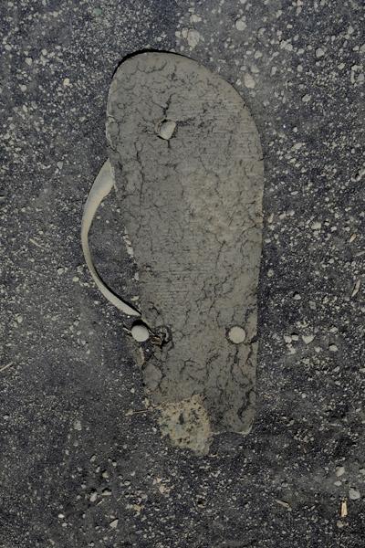 Marion Kieft - Flip-flop 15, Madagascar 2008 (flip-flops, the continuing story) - fotoprint op aluminium/dibond