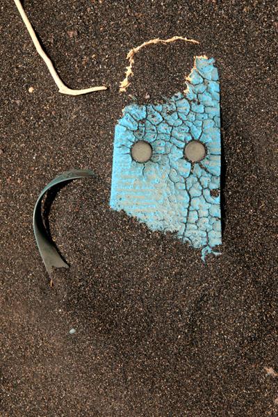 Marion Kieft - Flip-flop 8, Cabo Verde 2016 (flip-flops, the continuing story) - fotoprint op aluminium/dibond