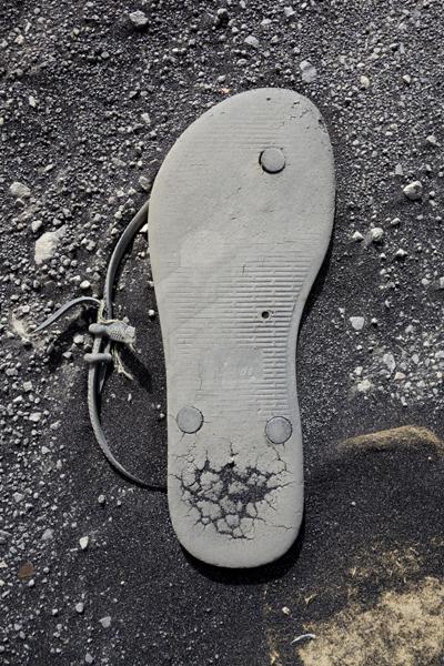 Marion Kieft - Flip-flop 68, Cabo Verde 2016 (flip-flops, the continuing story) - fotoprint op aluminium/dibond
