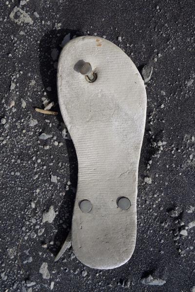 Marion Kieft - Flip-flop 79, Cabo Verde 2016 (flip-flops, the continuing story) - fotoprint op aluminium/dibond