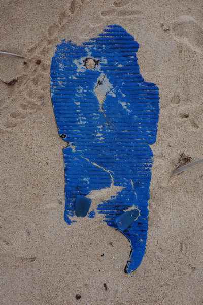 Marion Kieft - Flip-flop 14, Djibouti 2015 (flip-flops, the continuing story) - fotoprint op aluminium/dibond