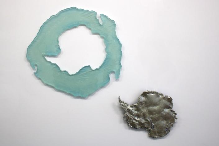 Marion Kieft - Antarctis, 2018 - epoxy resin, leaf gold - 1 x 40 x 42 cm en 1 x 26 x 22 cm