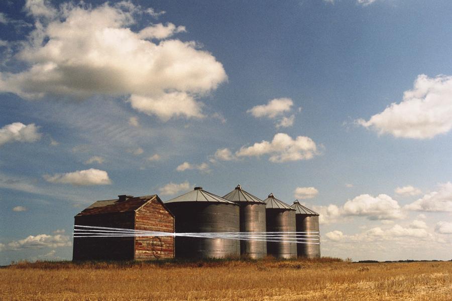 Marion Kieft - Intervention 9, Canada 2004 - met garen bewerkte foto - 30 x 40 cm