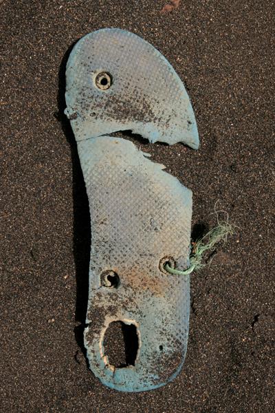 Marion Kieft - Flip-flop 35, Cabo Verde 2016 (flip-flops, the continuing story) - fotoprint op aluminium/dibond