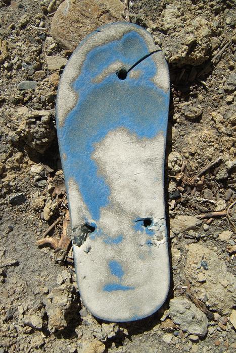 Marion Kieft - Flip-flop 10, Nepal 2004 (flip-flops, the continuing story) - fotoprint op aluminium/dibond